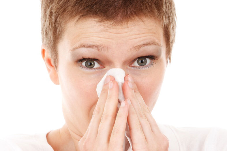 woman-is-cleaning her nose with a tissue