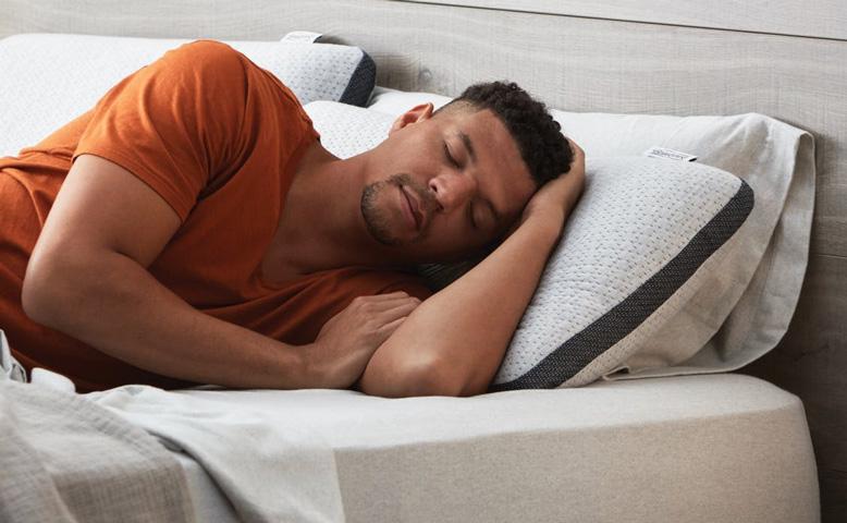 a man is sleeping on the hybrid beautyrest mattress